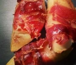 Gajos de patata envueltos en jamon